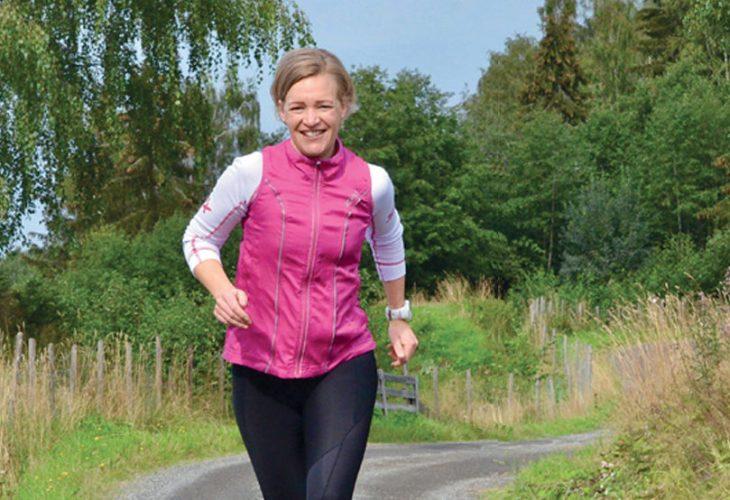 ELSKER Å TRENE: Astrid Arstad er en ekte løps, ski og sykkel entusiast. Her trener hun på en av mange grusstier på Lillehammer.