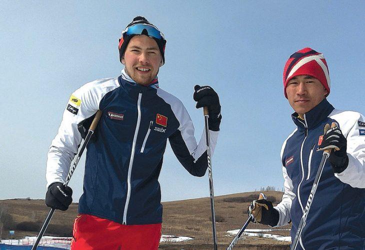GOD HJELP: Her tester Erik Trøen (til venstre) ski sammen med sin verdifulle hjelper, Sun Kai.